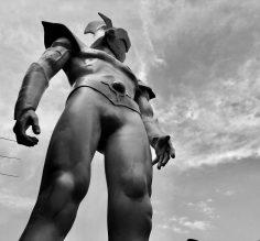 La grande statua di Actarus arriva a Napoli